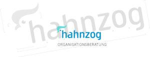 Logo der hahnzog - organisationeratung mit Schriftzug und einem Hahnenkamm als Bildlogo.